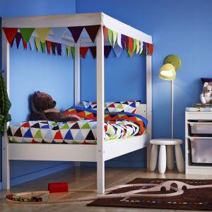 Łóżko w pokoju dziecka nie powinno być takim zwyczajnym meblem. Wystarczy baldachim czy dekoracja w postaci girlandy, aby mebel ten nabrał zupełnie nowego wyrazu. Fot. IKEA
