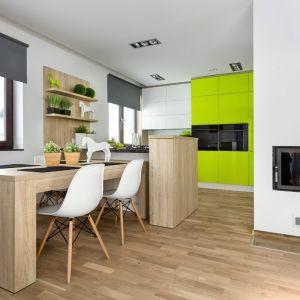 Kuchnia w biało-zielonej aranżacji. Otwarte półki z jasnego drewna świetnie ocieplają wnętrze. Fot. Vigo/Max Kuchnie