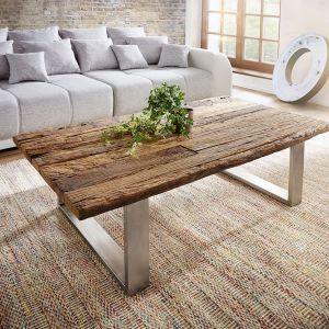 Stolik Yasimo to udane połączenie tradycji z nowoczesnością. Blat stolika przypomina kawałek nieobrobionego drewna. Fot. Delife