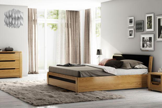 Drewno ma moc ocieplania wnętrz. W sypialni prezentuje się wyjątkowo korzystnie, nadając jej przytulny klimat, który sprzyja wypoczywaniu.