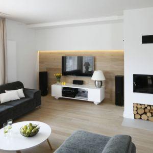Podświetlana ścianka sprawia, że wnętrze z telewizorem jest bardziej przytulne. Projekt Małgorzata Galewska. Fot. Bartosz Jarosz