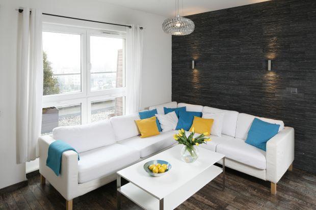 Jasny mebel wypoczynkowy sprawdzi się w każdym salonie, niezależnie od stylistyki czy klimatu wnętrza. W galerii zdjęć kilka modnych pomysłów na białą sofę.