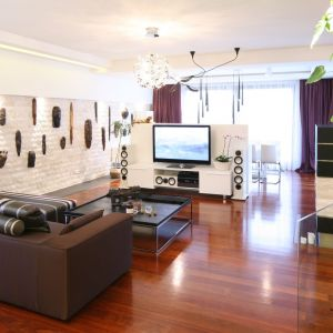 Jasne barwy i duża ilość naturalnego światła sprawią, że salon będzie relaksującą przestrzenią. Coraz modniejszym rozwiązaniem są również wertykalne ogrody we wnętrzach, które nadają im wyjątkowy klimat. Projekt: Katarzyna Mikulska-Sękalska. Fot. Bartosz Jarosz