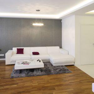 Salon w minimalistycznym stylu to wnętrze pełne przestrzeni. Ilość mebli ograniczona jest do minimum, zaś dekoracje są proste i skromne. Projekt: Agnieszka Hajdas-Obajtek Fot. Bartosz Jarosz