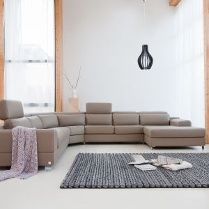 """Sofa modułowa Genesis. Genesis"""" to elegancka linia mebli dedykowana dużym wnętrzom. Jej zaletą jest możliwość łączenia modułów w najróżniejsze kombinacje, przez co mebel doskonale dopasowuje się do potrzeb wnętrza. Fot. Bizzarto"""