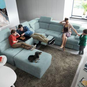 Belluno jest meblem stworzonym do dużych rodzinnych pokoi, gdzie skupia się całe życie domu. System to nowoczesna linia mebli modułowych, pozwalająca budować zróżnicowane układy sof, które zakończone niskimi dostawkami w kształcie ruchomych puf. Taka mobilna dostawka pełni też rolę ruchomego, przedłużonego siedziska. Zestawy mogą być ponadto wzbogacone o poręczne barki opcjonalnie wyposażone w system audio. Fot. Gala Collezione