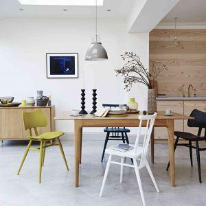 Różne krzesła przy jednym stole to modny sposób na ożywienie aranżacji jadalni. Fot. Furniture Village