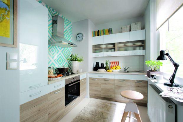 Szkło jest chętnie stosowane w meblach kuchennych. Nadaje meblom lekkości i pozwala na ładne wyeksponowanie kuchennej zastawy i dekoracji.