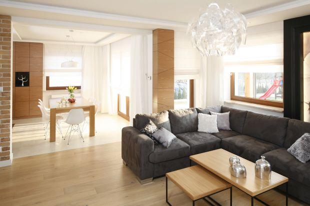 Duże, miękkie poduchy mogą odmienić naszą sofę i sprawić, że zyska ona nowy wizerunek. Mogą być w zbliżonym kolorze do całego mebla lub zupełnie odwrotnie - kontrastować z nim, tworząc ciekawą kompozycję odcieni.