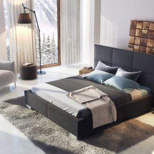 Kolekcja Fabrizzio. Łóżko wyróżnia się tapicerowanym prostym i eleganckim w wyrazie zagłówkiem, którego wzór tworzą duże, tapicerowane prostokąty, spięte w jedną całość delikatną ramką. Fot. Agata Meble
