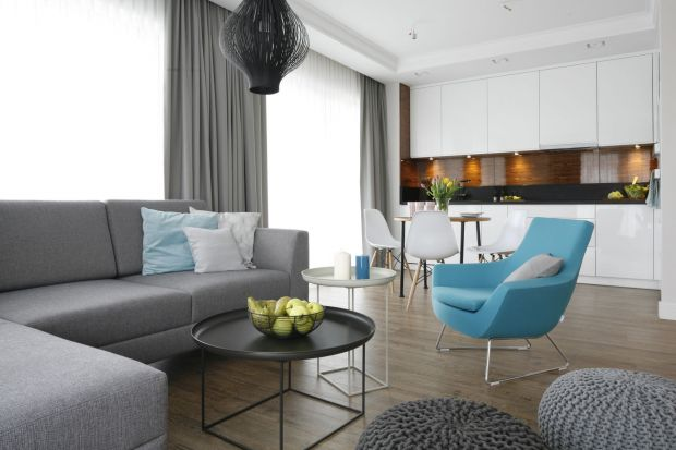 Lubimy mieć w mieszkaniu dużo przestrzeni, a taką możliwość daje nam usunięcie ścianek działowych pomiędzy kuchnią, jadalnią i salonem. Jak jednak umeblować taką otwartą powierzchnię, aby wyglądała efektownie i była funkcjonalna?
