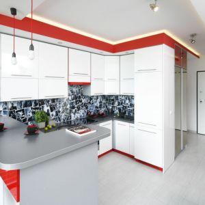 Czerwony akcent dodał energii białej kuchni. Projekt: Monika Olejnik. Fot. Bartosz Jarosz