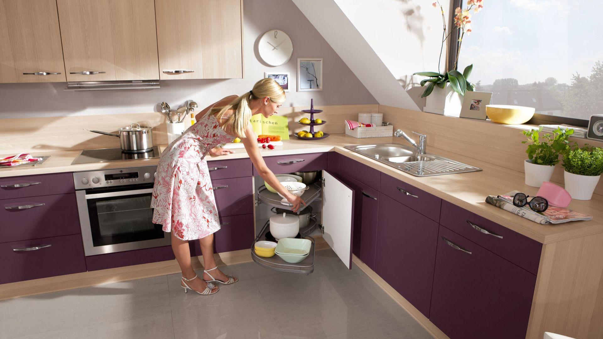 Zagospodarowanie narożnika w dolnych szafkach kuchennych nie jest wcale trudne. Dzięki systemom cargo stanie się on wygodny w użytkowaniu i praktyczny. Fot. Nobilia