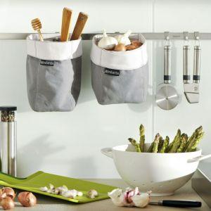 Miejsce na blacie pozwolą zaoszczędzić organizery wiszane na relingach. To doskonały sposób na przechowywanie przypraw lub drobnych akcesoriów kuchennych. Fot. Brabantia