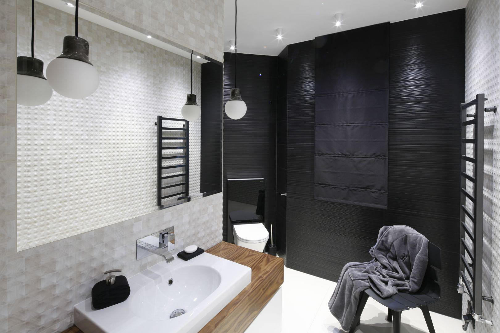 Szara łazienka zainspirowana nowoczesną stylistyką. Drewniana szafka podumywalkowa ociepla nieco chłodne w wyrazie wnętrze. Projekt: Jan Sikora. Fot. Bartosz Jarosz