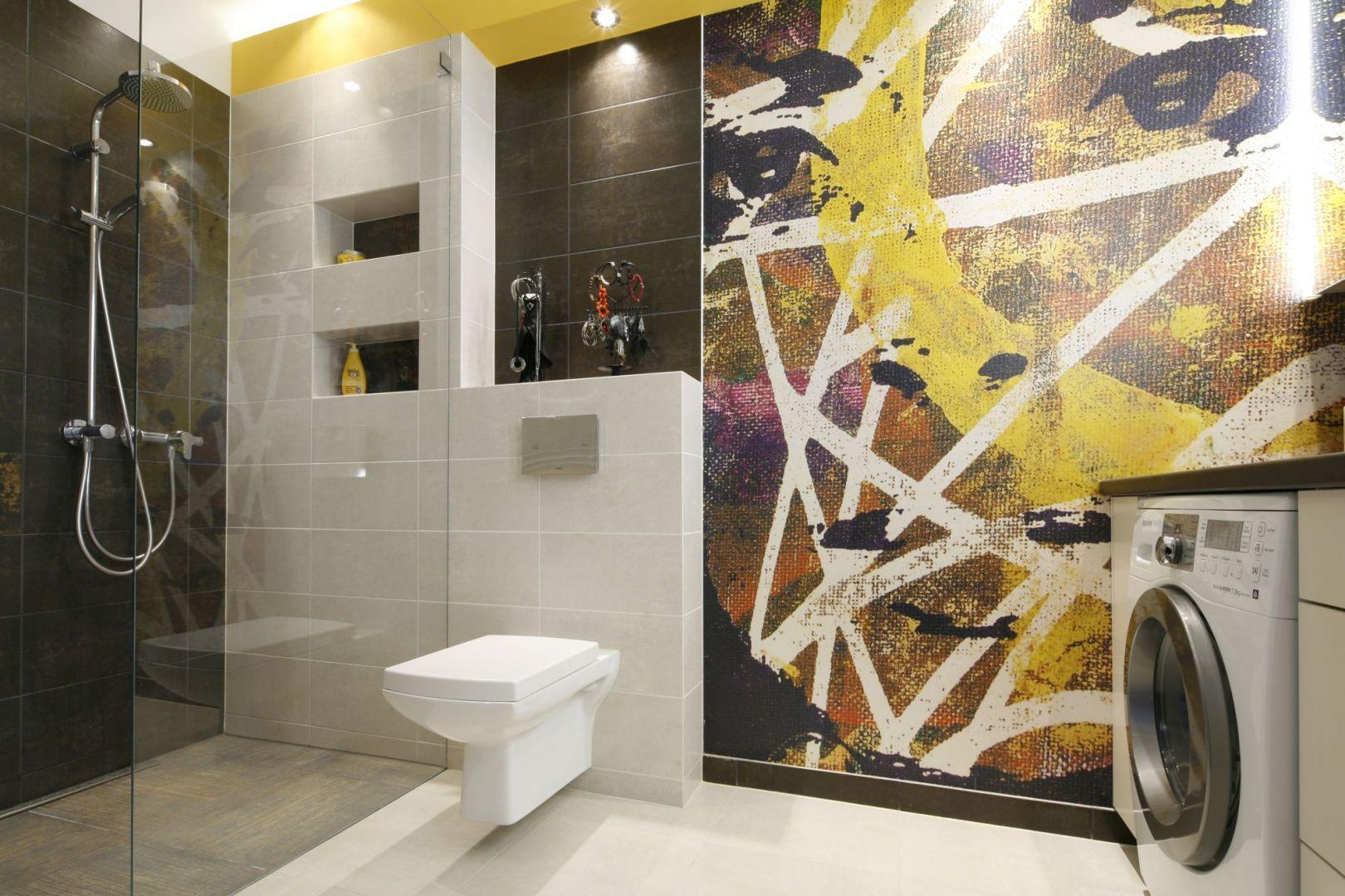 Za sprawą fototapety łazienka stała się bardzo wyrazista. Dla złagodzenia efektu we wnętrzu zastosowano jasną kolorystykę ppłytek, mebli oraz dużo szkła. Projekt: Monika Olejnik. Fot. Bartosz Jarosz