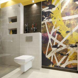 Wyraziste, artystyczne ściany w łazience. Projekt: Monika Olejnik. Fot. Bartosz Jarosz