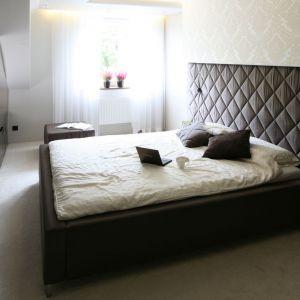 Chcąc urządzić stylową sypialnię, warto postawić na piękny, tapicerowany zagłówek. Projekt Chantal Springer. Fot. Bartosz Jarosz
