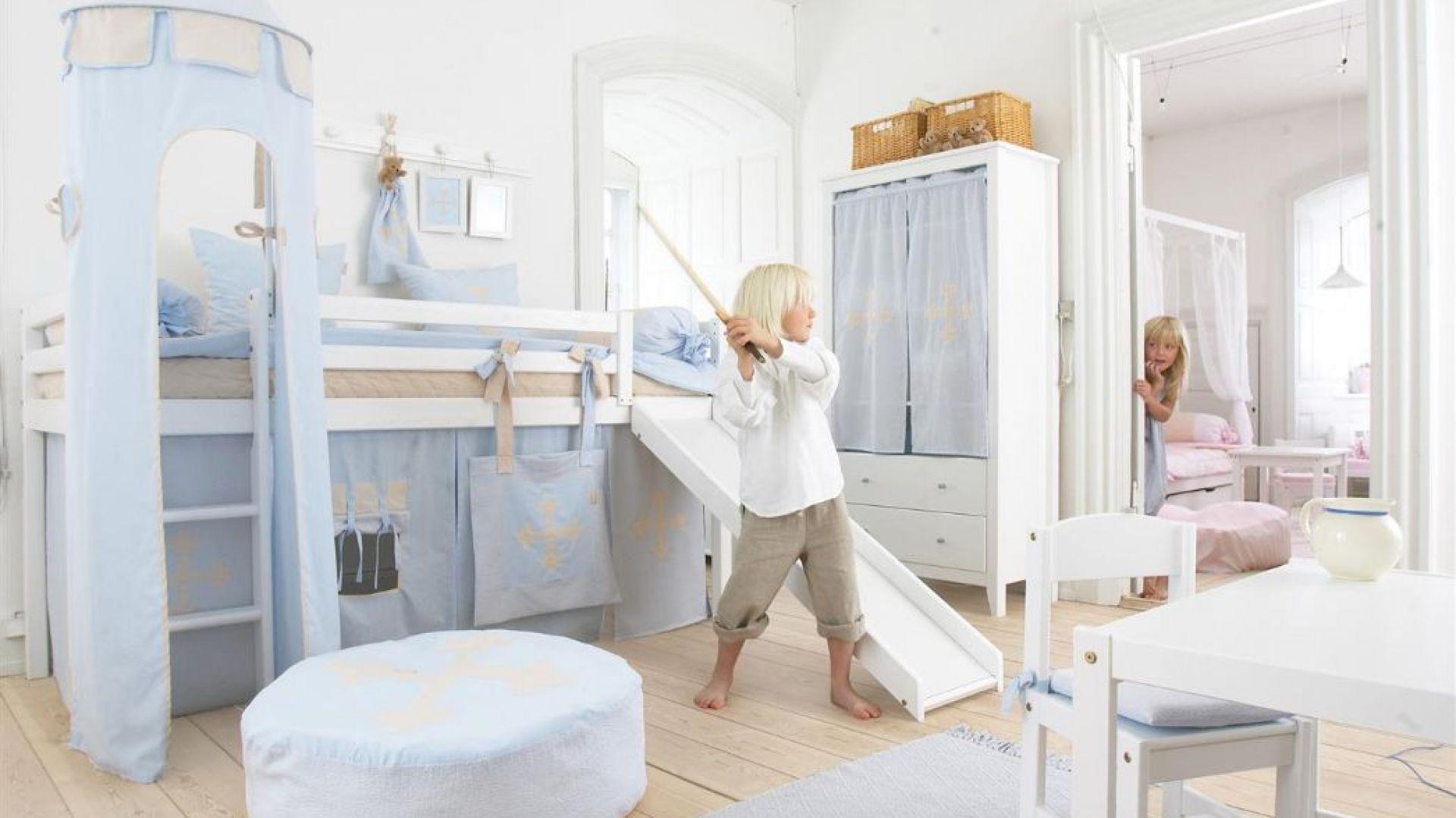 Specjalne pokrowce na stelaż łóżka sprawią, że mebel nabierze zupełnie nowego wyrazu. Kiedy dziecko dorośnie i znudzi się zabawą w domek, tkaninę można zdjąć i pozostawić łóżko w formie klasycznej. Fot. Seart