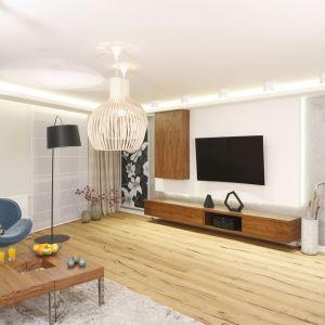 Telewizor na ścianie dobrze wygląda w towarzystwie drewnianych mebli. Projekt: Agnieszka Hajdas-Obajtek. Fot. Bartosz Jarosz