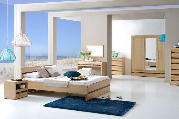 Jasne drewno przywodzi na myśl spokój i świeżość. Jeśli chcemy, aby nasza sypialnia prezentowała się naturalnie, warto wybrać meble z jasnego drewna.