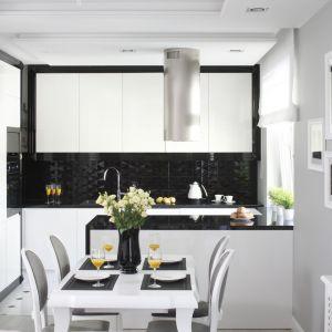 Czerń i biel to bardzo stylowe połączenie kolorów. Aby optycznie nie zmniejszyć małej kuchni, warto wybrać taką kolorystykę w formie połyskujących powierzchni. Projekt Katarzyna Mikulska-Sękalska. Fot. Bartosz Jarosz