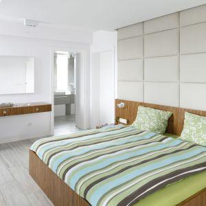 Ściana za łóżkiem wykonczona miękkimi panelami w tkaninie sprawi, że sypialnia stanie się przytulnym miejscem. Projekt: Dominik Respondek. Fot Bartosz Jarosz