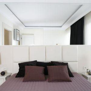 Lustro na ścianie optycznie powiększa przestrzeń. Projekt Katarzyna Uszok-Adamczyk. Fot. Bartosz Jarosz