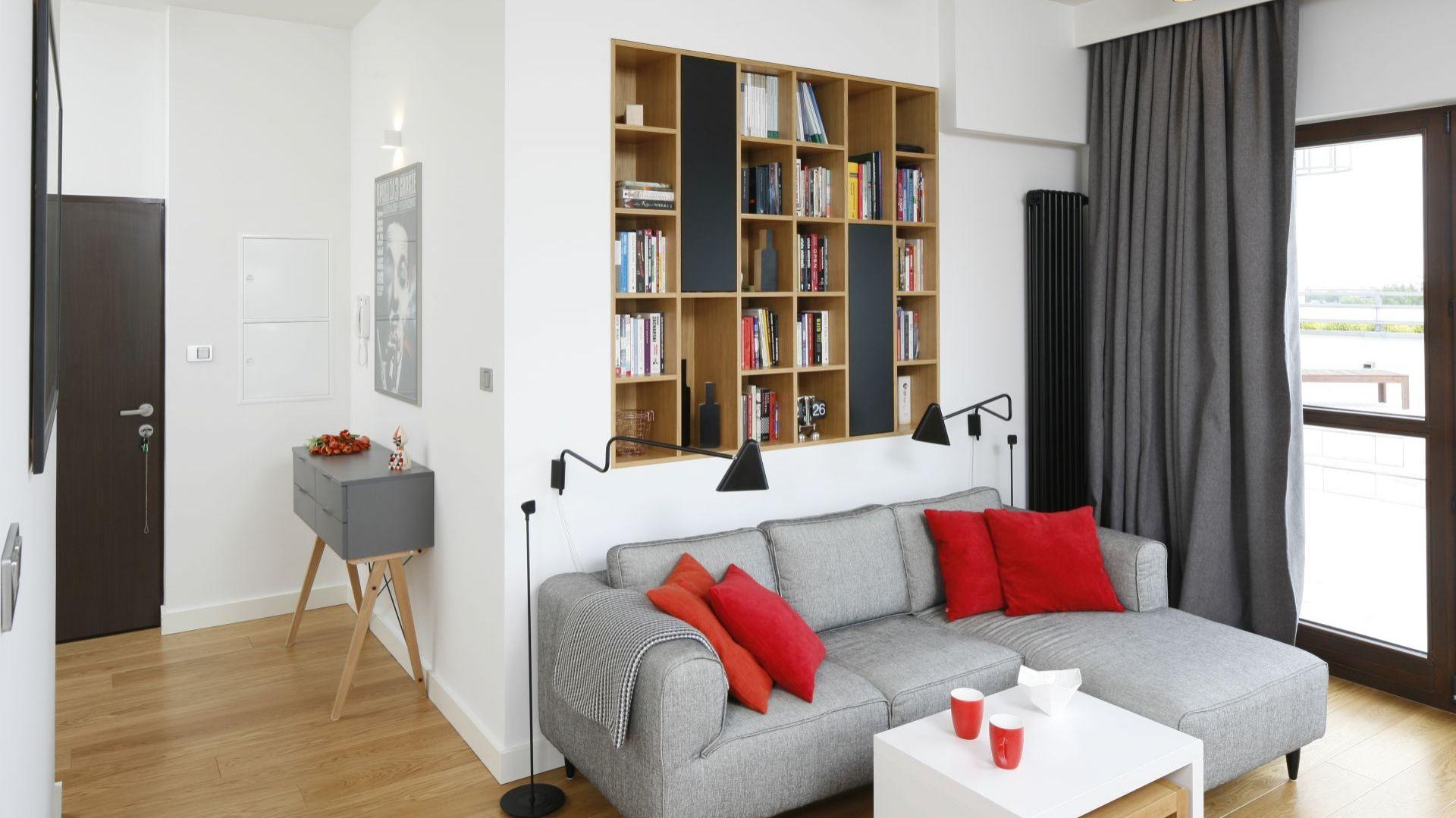 Półki w ścianie nie zabiorą cennej przestrzeni, ale za to zapewnią sporo miejsca do przechowywania. To również bardzo nowoczesny akcent w aranżacji salonu. Projekt Małgorzata Łyszczarz. Fot. Bartosz Jarosz