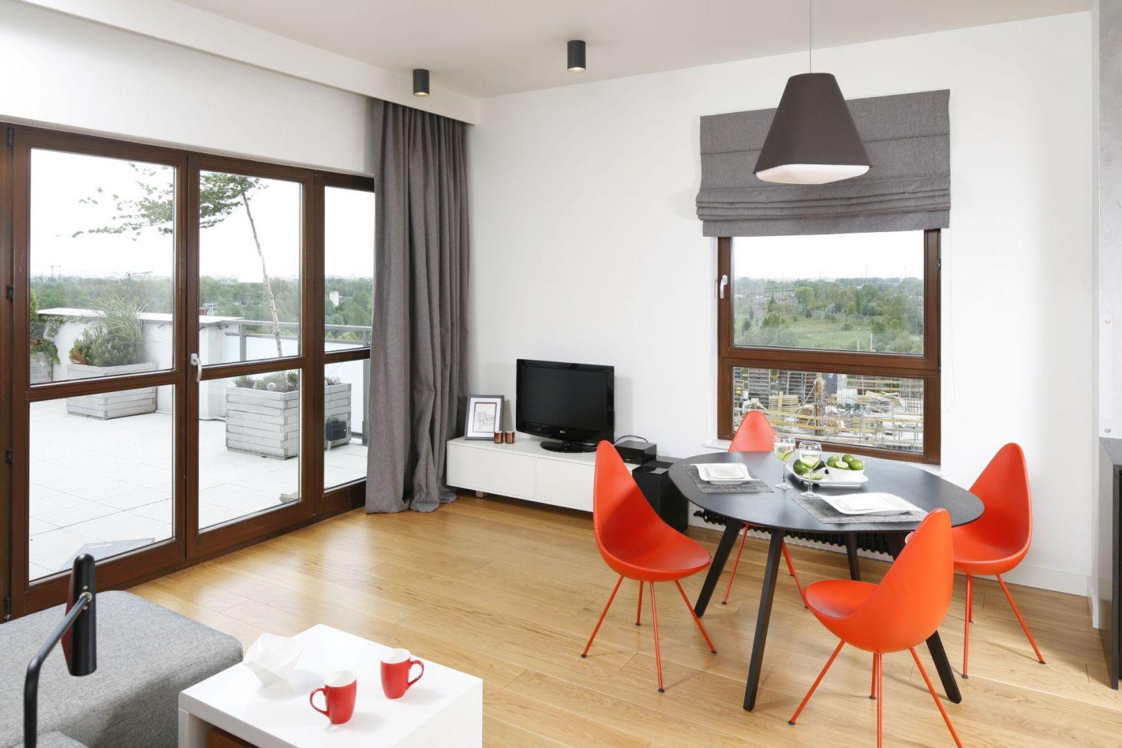 Krzesła znanego projektanta, w soczystym, rzucającym się w oczy kolorze będą ciekawym elementem salonu. Projekt Małgorzata Łyszczarz. Fot. Bartosz Jarosz
