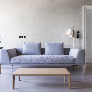 """Mimo swej fizycznej wagi, dużych gabarytów oraz masywnych kształtów, sofa """"Sosa"""" firmy Noti (projekt: Piotr Kuchciński) sprawia wrażenie mebla bardzo delikatnego, gdyż """"unosi się"""" wysoko na długich nogach. Fot. Noti"""