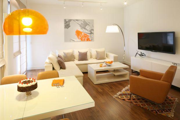 Mały salon może być miejscem równie praktycznym i funkcjonalnym, jak duże wnętrze. Zobacz, jak go urządzić zgodnie z obowiązującymi trendami.