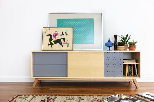 Komoda to mebel praktyczny i dekoracyjny. Warto wybrać go urządzając salon, bowiem zapewni nam również sporo miejsca do przechowywania.