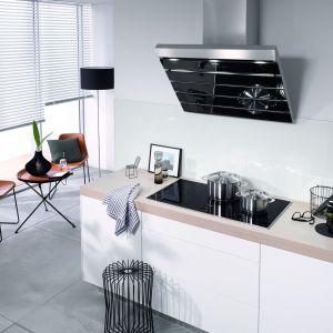 Elegancka płyta indykcyjna przeznaczona do dużych kuchni. 5 stref gotowania pozwala na swobodne przygotowywanie nawet kilku potraw naraz. System PowerFlex dodatkowo daje możliwość łączenia dwóch stref w jedną, co idealnie sprawdza się przy dużych garnkach. Na zdjęciu: Płyta indukcyjna KM 6388. Fot. Miele