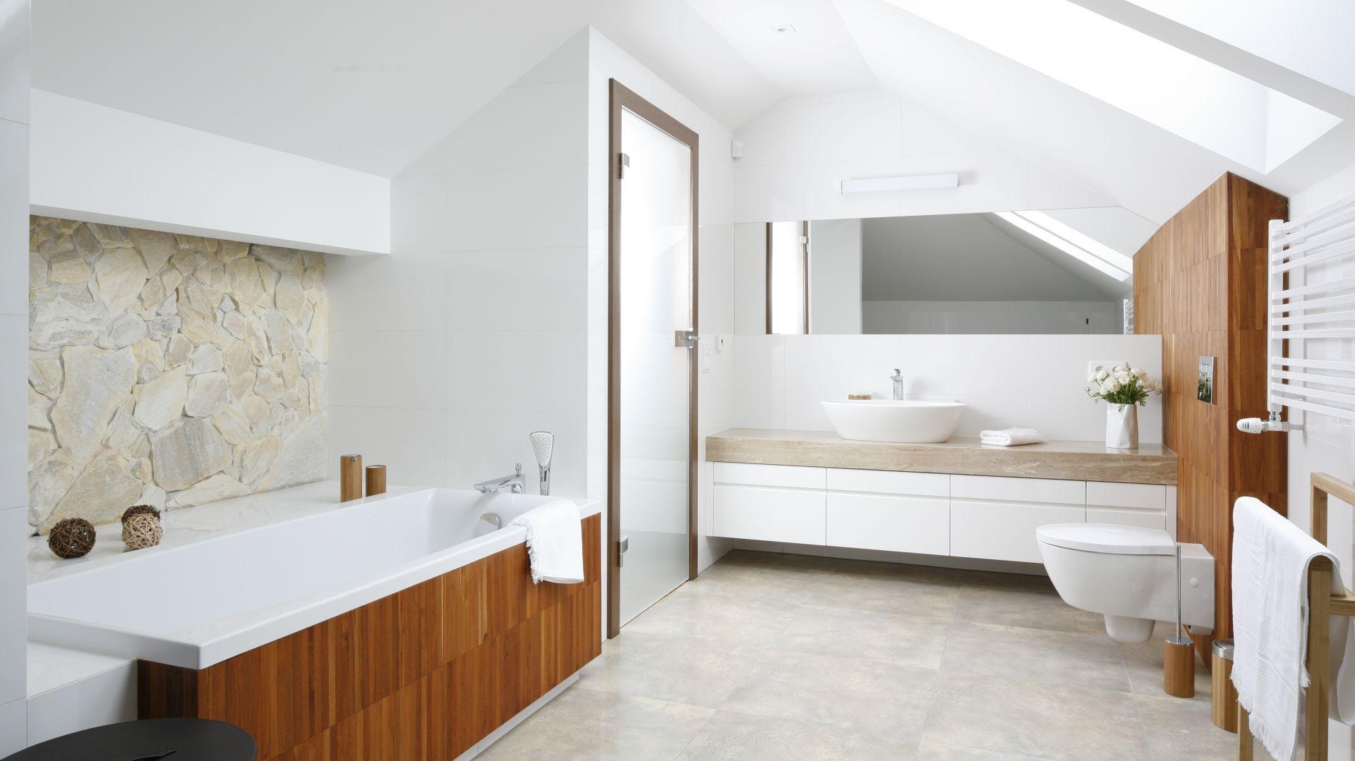 Jasna łazienka w nowoczesnym stylu. Drewno korzystnie ociepla wnętrze, czyni je bardziej naturalnym, przytulnym. Projekt: Piotr Stanisz. Fot. Bartosz Jarosz