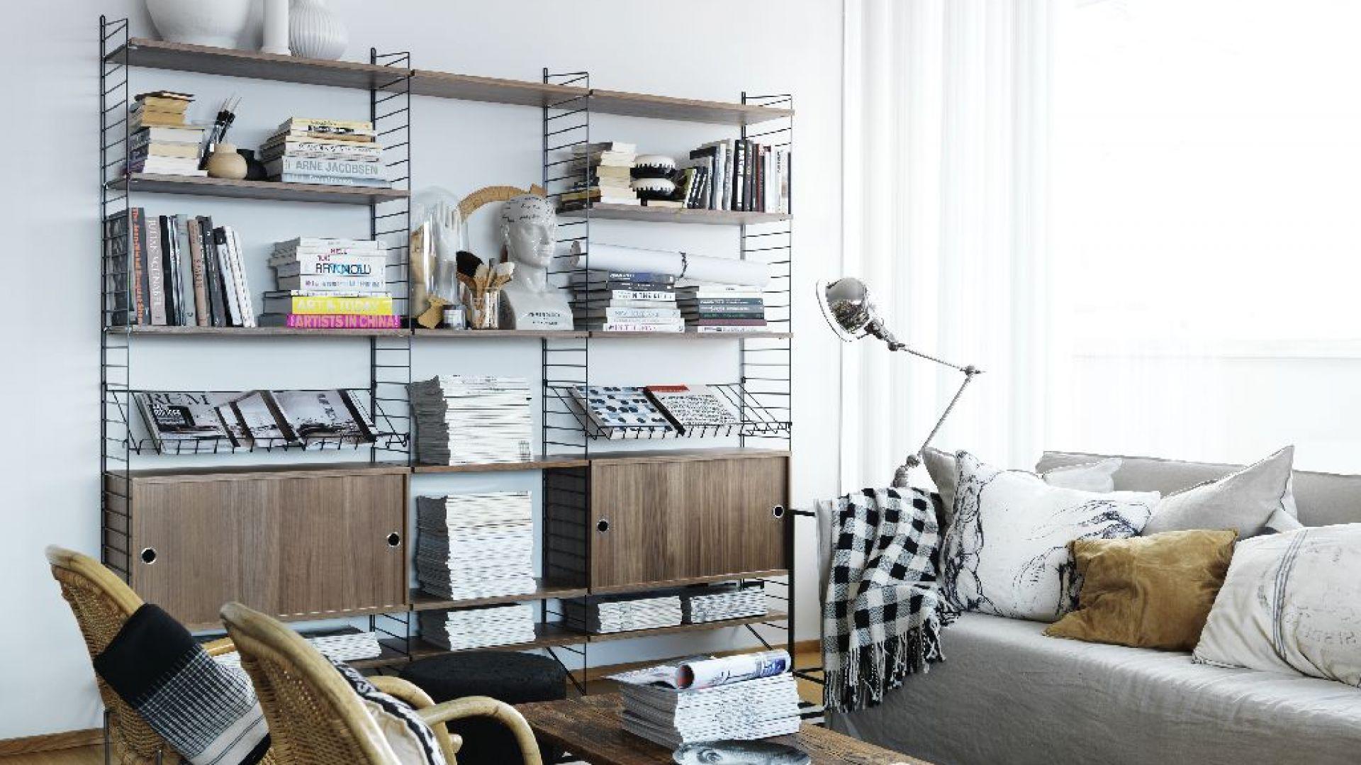 Regał z metalowych prętów to modny, skandynawski element wyposażenia wnętrza. Można na nim przechowywać książki, ubrania lub dekoracje. Fot. String