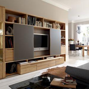 Meblościanka Carva ma wiele otwartych półek na książki i zamykaną przestrzeń na telewizor. Fot. Huelsta