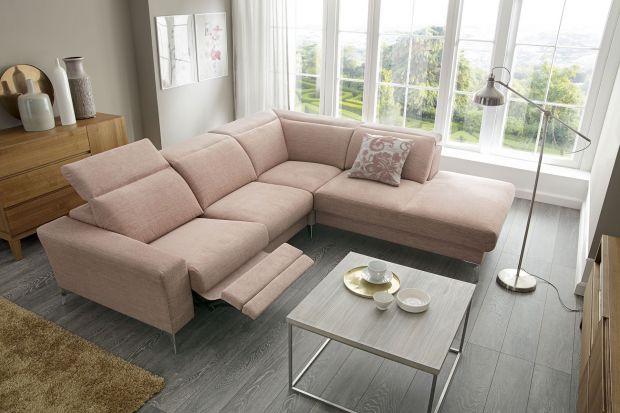 Sofa w salonie. 7 modeli z wysuwanym podnóżkiem
