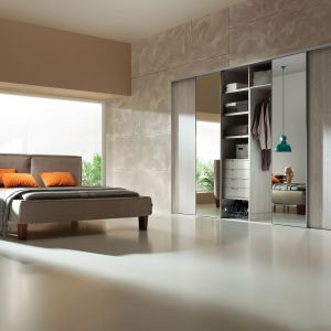 Pojemne szafy bardzo ułatwiają utrzymanie porządku. Szafę warto zaplanować w sypialni, jeśli jest wystarczająco duża. Fot. Komandor
