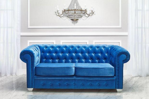 Historia kanap i foteli Chesterfield sięga końca XVIII wieku. To właśnie wówczas pojawiły się eleganckie meble, które stały się synonimem luksusu. Obecnie, wbrew pozorom, równie dobrze wpisują się one w klasyczne, jak i nowoczesne aranżacje.