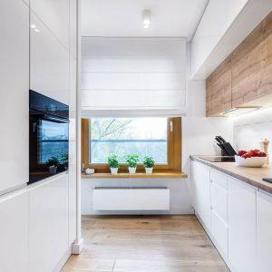Białe szafki kuchenne rozjaśnią kuchnię, zaś drewniane ją ocieplą. Fot. Max Kuchnie