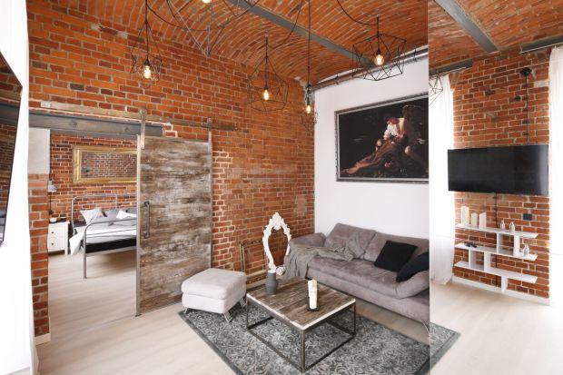 Aranżowanie mieszkania, a zwłaszcza nieustawnego lub małego salonu w różnych ma swoje plusy i minusy. Podpowiemy wam, jak łatwo i z pożytkiem osiągnąć te plusy i wybrnąć z problemów związanych z dekorowaniem salonów w różnych typach pomie