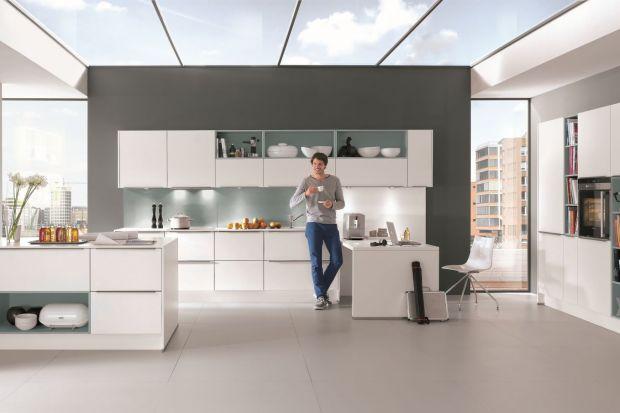 Otwarte półki w meblach kuchennych są aktualnie niezwykle modne. Kuchnia dzięki nim prezentuje się interesująco i wizualnie lekko.