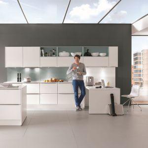 Otwarte półki są ozdobą samą w sobie. W nowoczesnej kuchni warto je wyeksponować, np innym kolorem niż fronty mebli. Fot. Nobilia