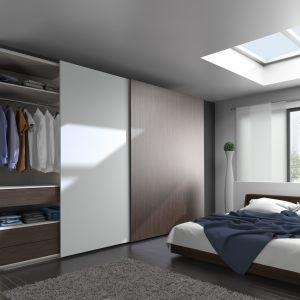 Dzięki zastosowaniu okuć TopLine firmy Hettich drzwi szafy wsypialni będą się niemal bezgłośnie przesuwały i cicho domykały. Taka szafa to marzenie wszystkich posiadaczy sypialni. Fot. Hettich