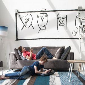 W małym salonie można z powodzeniem postawić na dwu lub trzyosobową sofę. Jeśli miejsca do siedzenia będzie za mało, aranżację warto wzbogacić o pufy lub fotel. Na zdjęciu sofa Setting Dragon. Fot. Zuiver