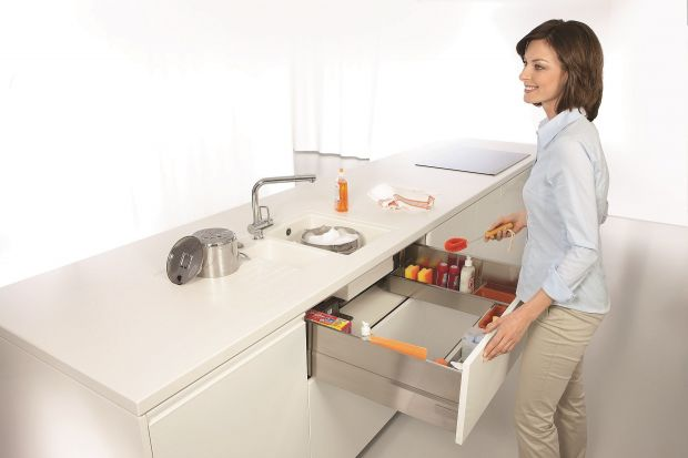 Detergenty, ścierki czy szczotki powinny mieć swoje miejsce. Dobrze zorganizowana szafka na środki czystości oszczędza czas i entuzjastycznie nastawia do porządków.