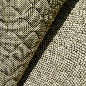 Najmodniejsze aktualnie są tkaniny przypominające rozłożoną na całej powierzchni geometryczną mozaikę. Fot. Mood