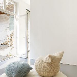 Pufy Slumber firmy Casalis, pokryte miękkim materiałem z efektem 3D. Siedziska są bardzo elastyczne - przyjmują formę ciała, po czym wracają do pierwotnego kształtu. Fot. Casalis