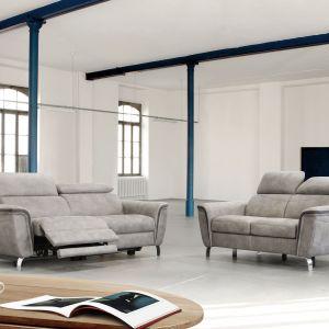 """Sofa """"Byron"""" firmy Emmohl (Poldem) ma fantazyjnie wygięte, chromowane nóżki. Fot. Emmohl (Poldem)"""